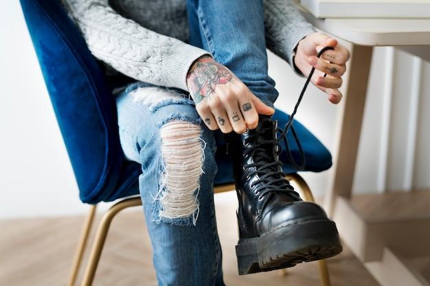 의자에 신발끈을 묶는 여자