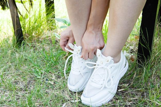 공원에서 신발끈을 묶는 여자
