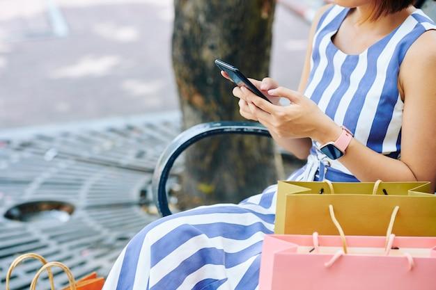 電話でメッセージを入力する女性