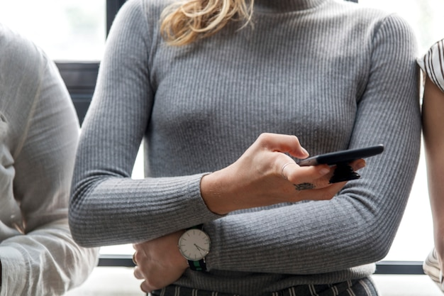 Женщина набрала на смартфоне