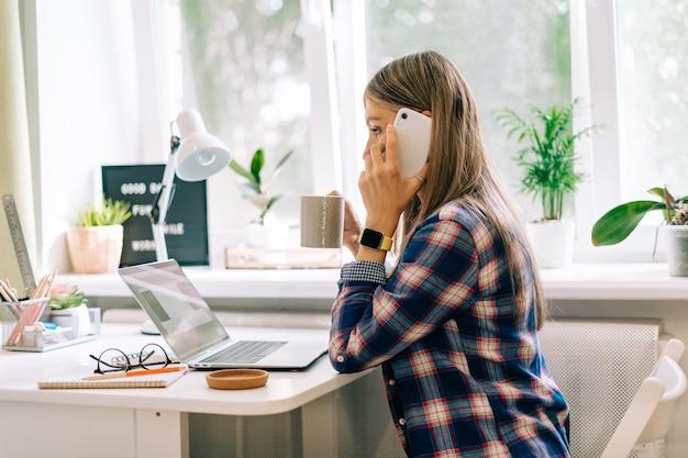 Женщина печатает на компьютере, сидя дома