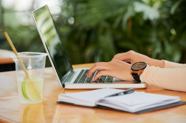 노트북 컴퓨터에 입력하는 여자
