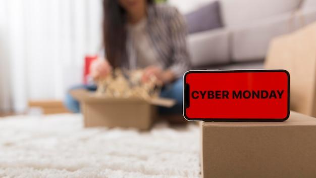 Donna che unboxing il suo pacchetto cyber lunedì