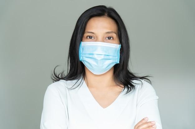 입과 코를 덮고 얼굴 마스크 아래 여자입니다. 코로나 바이러스 또는 covid-19 개념.