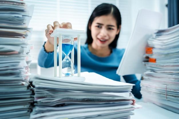 Женщина в состоянии стресса пропускает сроки работы с песочными часами