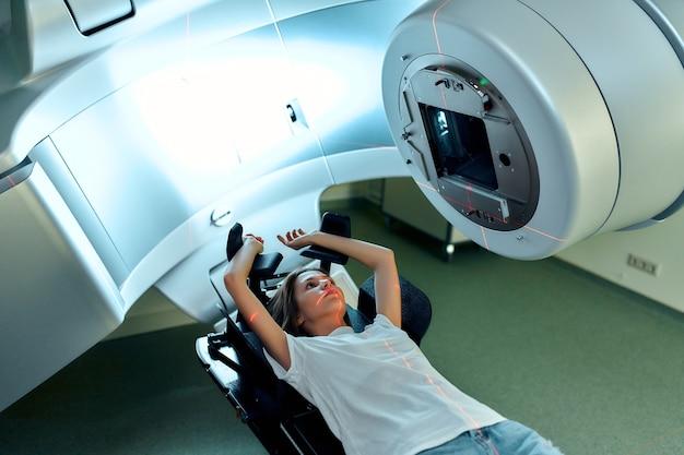 현대 암 병원에서 암에 대한 방사선 치료를 받고있는 여성