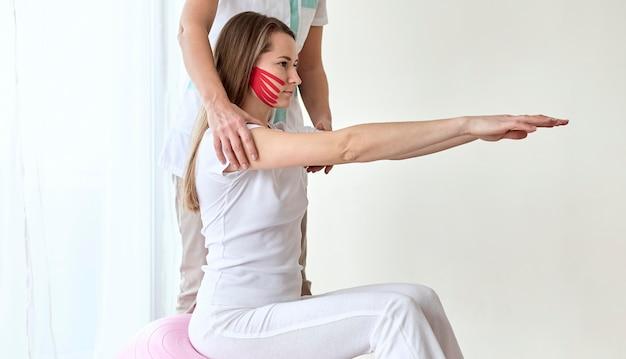 생리 학자와 치료를 받고있는 여성