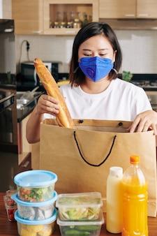 食料品を開梱する女性
