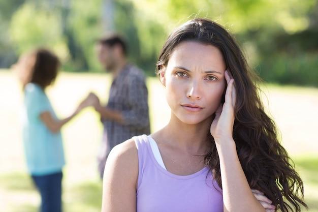 Женщина расстроена в ее давке с другой девушкой