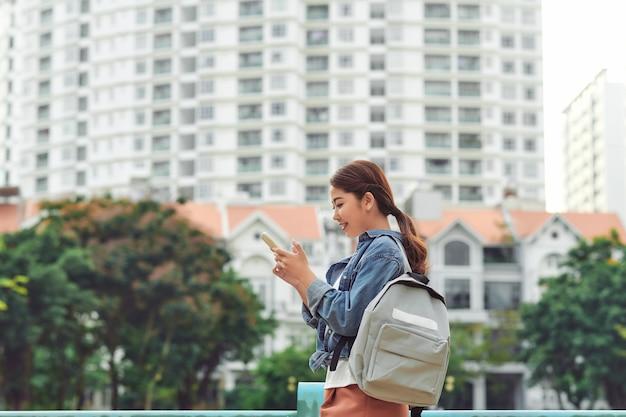 市内での女性の携帯電話の使用