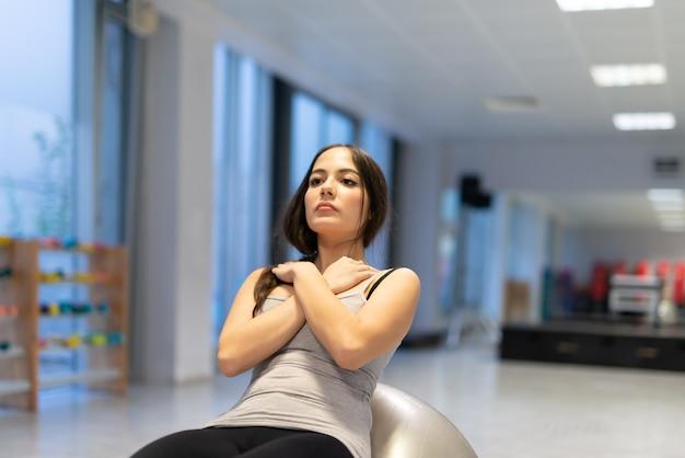 Женщина с мячом для тренировки в тренажерном зале
