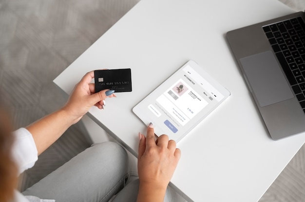 タブレットでデジタルアシスタントを使用している女性