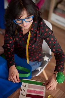 Женщина, использующая доску с рисунком ткани