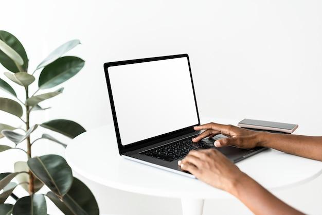 빈 화면으로 노트북을 사용하는 여자