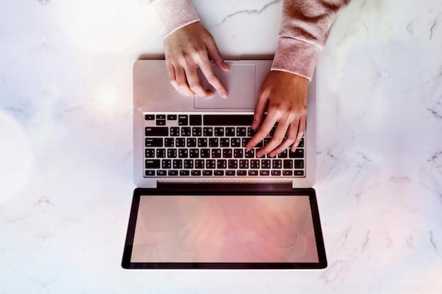 노트북을 사용하는 여성
