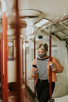 뉴 노멀 기차에서 전화를 사용하는 여성