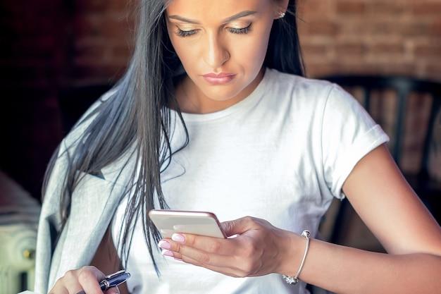 Женщина с помощью смартфона.