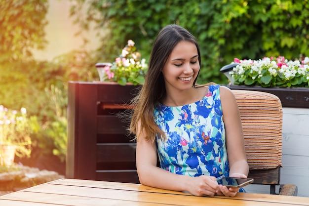 スマートフォンを屋外で使う女性