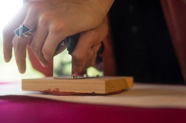 折り紙にスタンプを使う女性