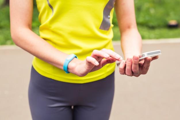 Женщина с помощью трекера активности, фитнеса и концепции здоровья