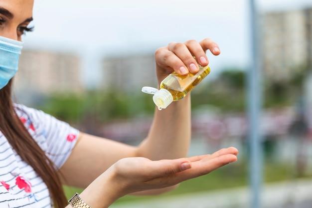 抗菌手指消毒剤を使用している女性。