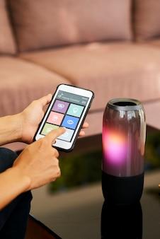 Bluetoothを使用してワイヤレススピーカーに接続する女性
