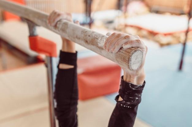 여자 체조 훈련에 분필을 사용