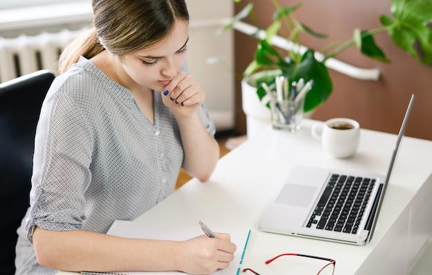 自宅、オフィスでコンピューターを使用している女性。高品質の写真