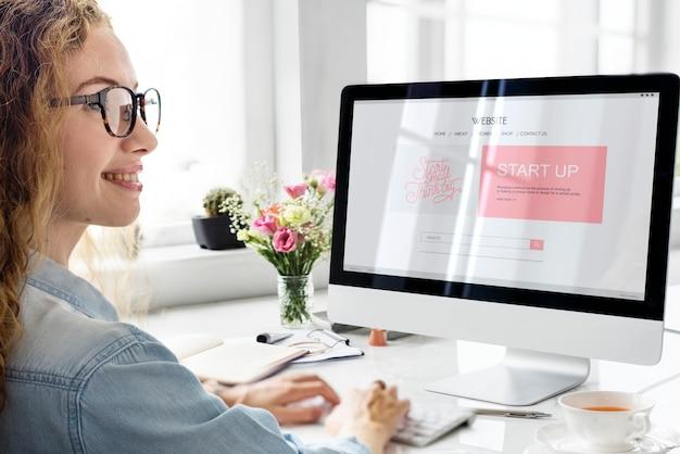 Женщина, использующая компьютер