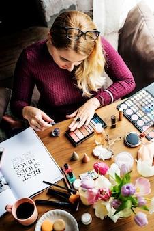 化粧品を使う女性