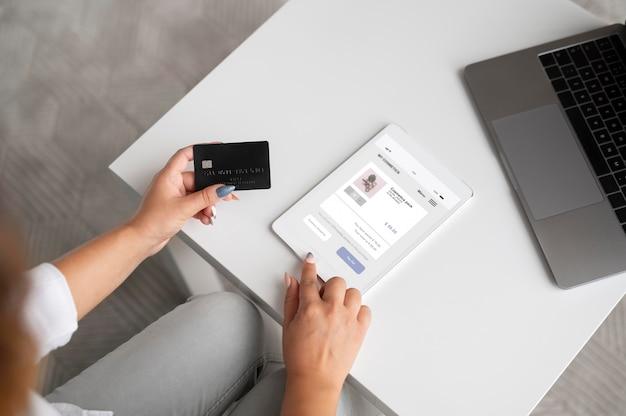 Donna che utilizza un assistente digitale sul suo tablet