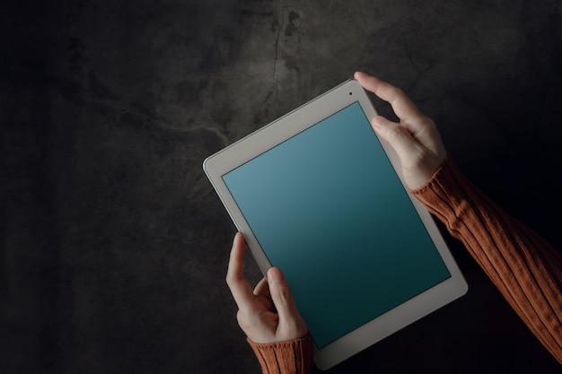 작업 책상에 디지털 태블릿을 사용하는 여자