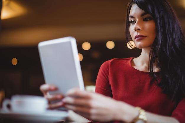 デジタルタブレットを使用している女性
