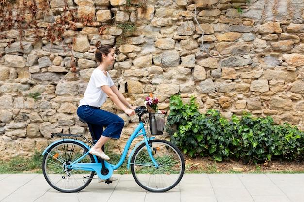 Donna che usa un modo ecologico per il trasporto