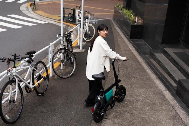 도시에서 전기 자전거를 사용하는 여자