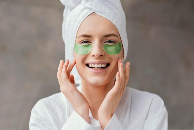眼帯を使用している女性