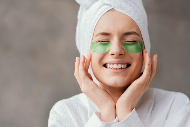 Женщина, использующая повязки для глаз
