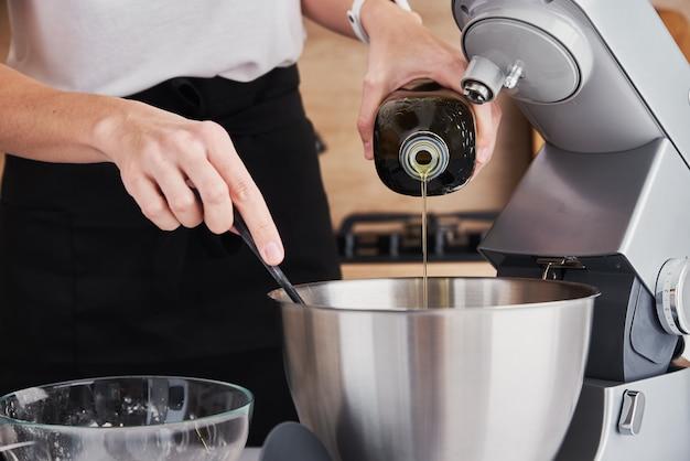 여자 음식 프로세서를 사용하여 요리 요 주방