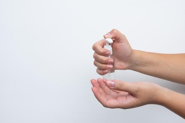 Женщина, использующая дезинфицирующее средство для рук на руках. дезинфекция рук.