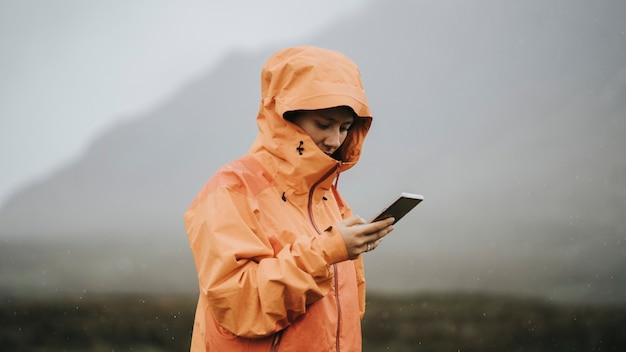 고지대에서 휴대전화를 사용하는 여성