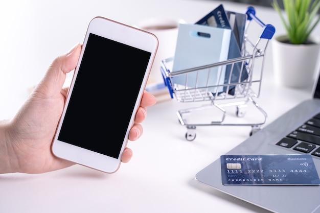 Женщина, использующая смарт-мобильный телефон, оставаясь дома, онлайн-электронные платежи