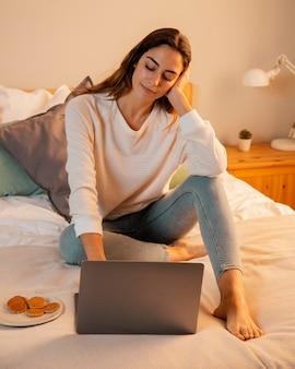 집에서 노트북을 사용하는 여자
