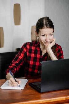 オンライン学校でノートパソコンを使用している女性