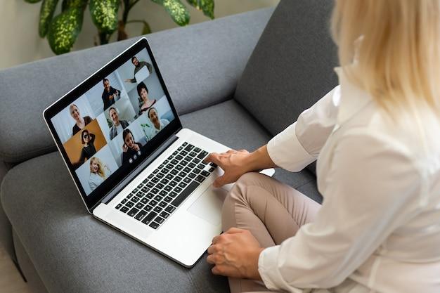실내에서 노트북을 사용하는 여자. 여자는 온라인 강의를 듣는다