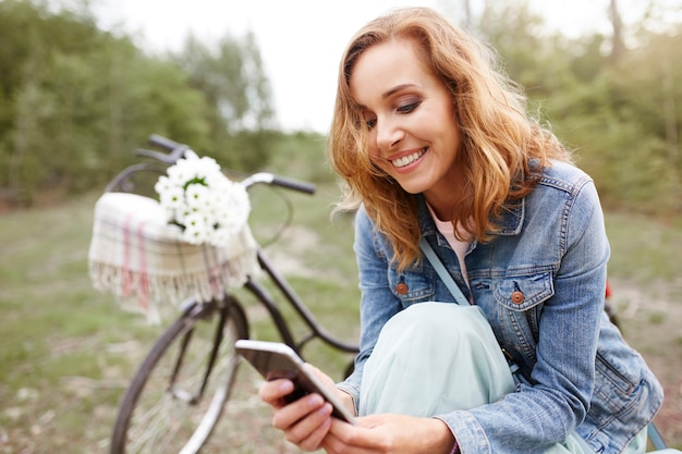 Женщина с помощью мобильного телефона во время поездки