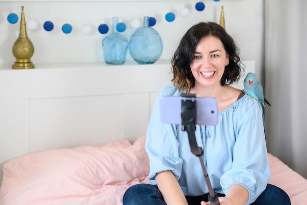 電話の自撮り棒を使用している女性。