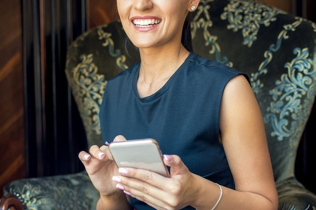 Женщина с помощью телефона.