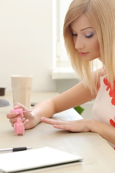 Woman using a pink lacquer