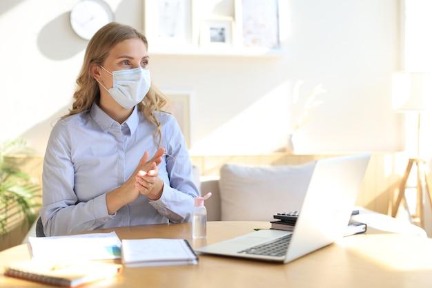 손 소독제를 사용하는 여성. 손 위생 코로나바이러스 보호.