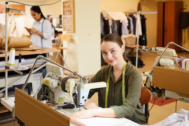 Женщина с помощью швейной машины
